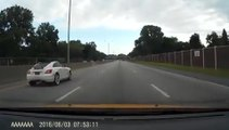Un automobiliste accélère quand il voit qu'il se fait doubler