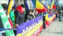 """Au adus pământ şi cruci de lemn în faţa Ambasadei Rusiei la Chişinău și au solicitat retragerea necondiționată a Armatei Federației Ruse de pe teritoriul R. Moldova. """"Armata rusă afară!"""" sau """"Eroii nu mor niciodată!""""."""