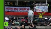 Scène de crime climatique : un die-in des écologistes pour décrier l'accord de Paris