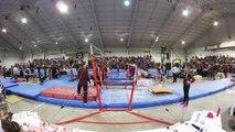 Un entraineur fait un saut périlleux pour sauver la vie de sa gymnaste