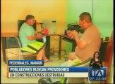 Pobladores de Pedernales buscan provisiones en construcciones destruidas