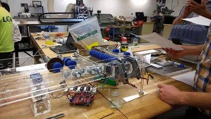 Une machine qui crée des avions en papier à la perfection !