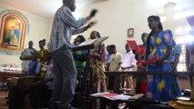 Messe à Kolda, Sénégal, partage de l'hostie