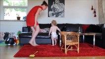 Le papa se met à filmer son bébé qui danse avec sa maman, mais regardez ses pieds de plus près...