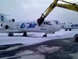 Il détruit un avion avec une pelleteuse parce qu'il vient de se faire virer