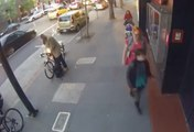 Un homme coupe un antivol à la scie circulaire pour voler un vélo en pleine rue !