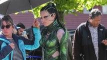 Elizabeth Banks als Rita Repulsa am Set von Power Rangers