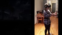 Terrorisée, elle perd ses moyens en jouant avec un casque de réalité virtuelle à un jeu de zombies