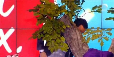 Soudain, Evelyne Thomas embrasse les fesses dénudées de Cyril Hanouna dans TPMP