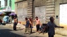 Petite fête entre clodos dans les rues en Colombie