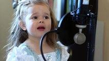 """Cette petite fille se met à chanter """"La petite sirène"""", c'est adorable !"""