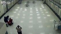 Sádica guardia dispersa gas pimienta en la cara de un preso inmovilizado