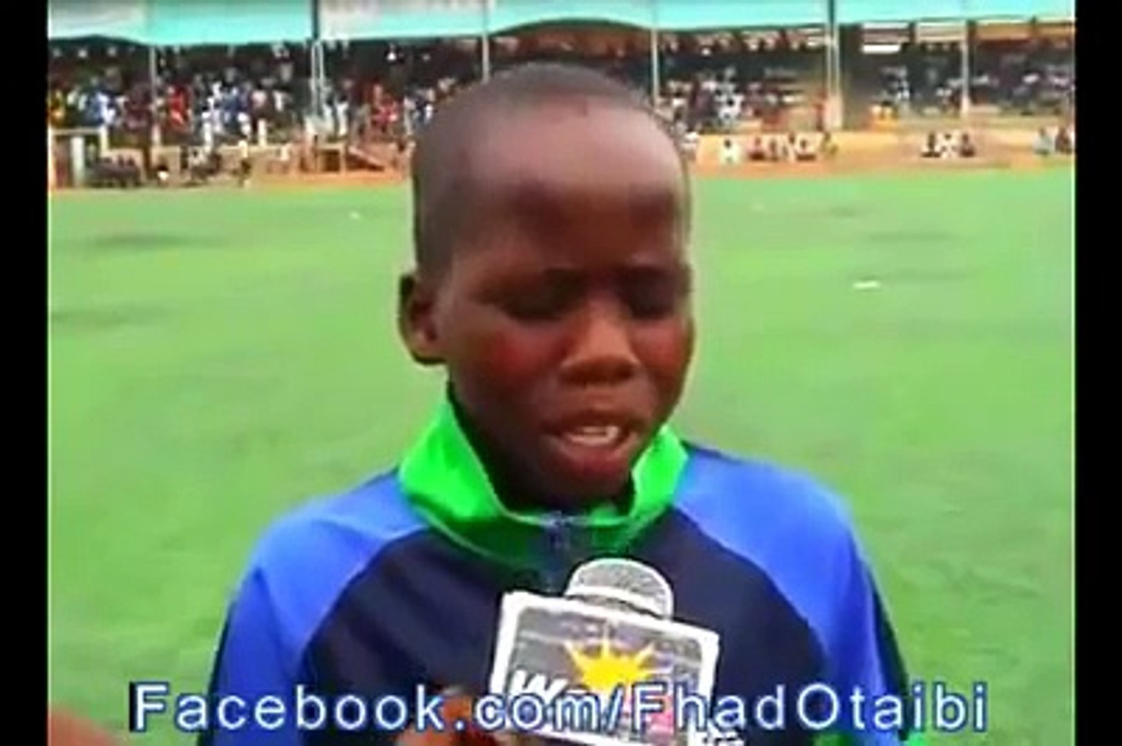 طفل افريقي يقلد المعلق فهد العتيبي رغم أنه لا يجيد اللغة العربية.