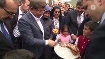 Başbakan Davutoğlu Vatandaşlarla Çay İçip, Sohbet Etti