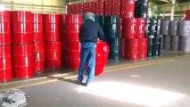 Comment déplacer des barils sans trop se fatiguer