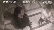 Cette caméra filme un homme qui harcèle une femme dans un ascenseur, mais regardez bien ce qui se passe à 0:21 !