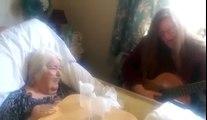 Munie de sa guitare, elle rend visite à sa mère atteinte de démence la suite, vous fera fondre