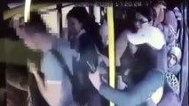 Elle s'en prend violemment à un pervers qui agrippe les fesses d'une femme dans le bus