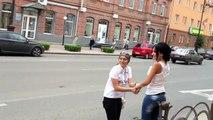 Une mamie harcèle des passants dans la rue pour leur demander une fessée
