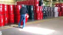 Une façon cool de déplacer des barils