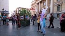 Chica canta acompañada de un músico callejero en Bruselas (Bélgica)