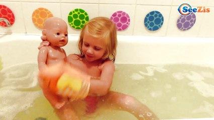✔ Маша купает Куклу Беби Борн в ванной. Видео для Девочек / Masha bathes Baby Born doll ✔