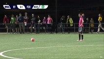 Romeo Parkes frappe Karl Ouimette par derrière sous les yeux de l'arbitre