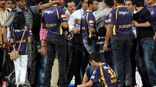 Bollywood King Shahrukh Khan Fights with Security Guard in IPL Match