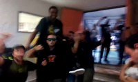 Βίντεο με τον Μακνίλ σε τρελά κέφια στις πλάτες των οπαδών του Άρη να τραγουδά μαζί τους 09-05-2016 HD