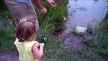 Une fillette peche son premier poisson et se barre en courant tellement elle a peur