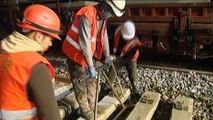 Les travailleurs de nuit : les ouvriers d'un chantier ferroviaire