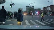Un canon chute d'un camion et fonce vers des piétons menaçant de les écraser!