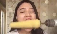 Elle mange du maïs avec une perceuse mais c'est le drame !