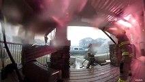 Des pompiers luttant contre l'incendie d'une maison filmés par une caméra de surveillance