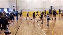 Elle prend le ballon en pleine tête et marque le point en Volley