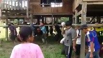 Des villageois déplacent une maison pour échapper aux inondations