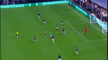 Em jogo festivo, Jose Mourinho invadiu o campo e tirou a bola de jogador