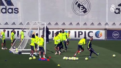 Varane e Cristiano Ronaldo disputam finalização. Quem leva?
