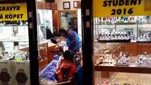 Deux voleurs en scooter s'essayent au braquage de bijouterie (Suède)