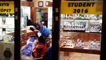 Deux voleurs en scooter s'essayent au braquage de bijouterie