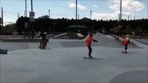 Bébé moqueur dans un skatepark plié de rire après la chute de 2 riders