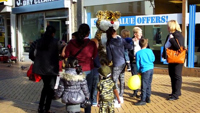 peppa pig & friend tiger at grays shopping centre today (wed 30thoct 2013)