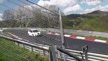 Motociclista perde o controlo da mota em Nurburgring e safasse de uma maneira espectacular!