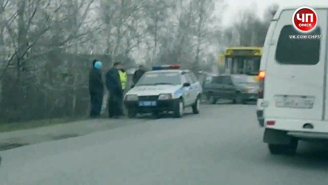 Авария в омске с участием ВАЗ 2115 и рейсового автобуса 29 04 2014