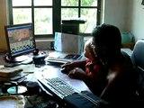 Devon qui joue a l'ordinateur avec son pere 15 mois Aout 09