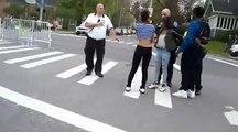 Cette fille fait un petit cadeau aux flics juste avant son arrestation