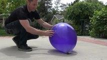 Il rempli un ballon d'azote liquide !