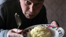 Домашний ужин мужика — мужик  кушает картошку и котлеты 2 штуки домашние званый обед в доме