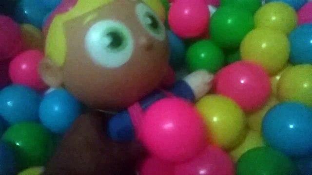 Boneca na piscina de bolinhas