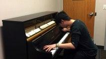 Il joue les sonneries de téléphones mythiques au Piano